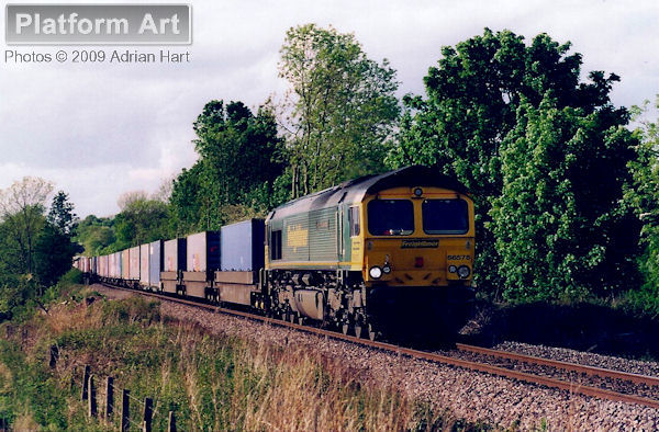 Freightliner Class 66 66576 Hamburg Sud Advantage passes Leek Wootton between Coventry and Leamington Spa on 20th May 2005 with a southbound service for Southampton Maritime.