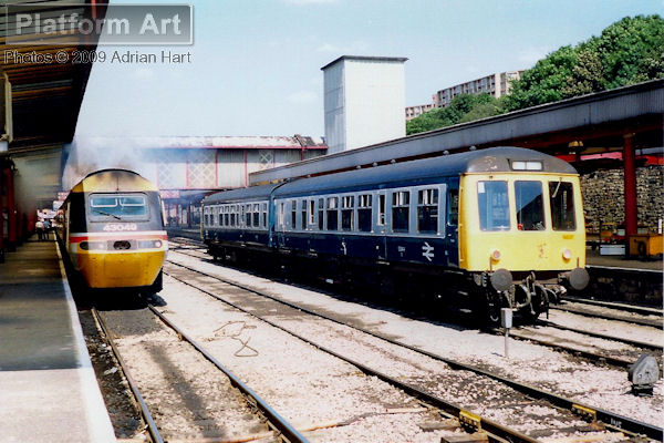 HST power car 43049 Neville Hill leaves Sheffield on 1st August 1990 with the 13.28 service for London St Pancras. On the right is a two-car DMU made up of vehicles 53944 and 54252.